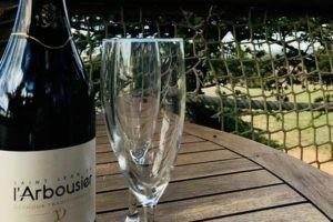 Photo - Verre et bouteille - Saint Jean de l'Arbousier - méthode traditionnelle - blanc champagnisé - bulle - vin effervescent Montpellier