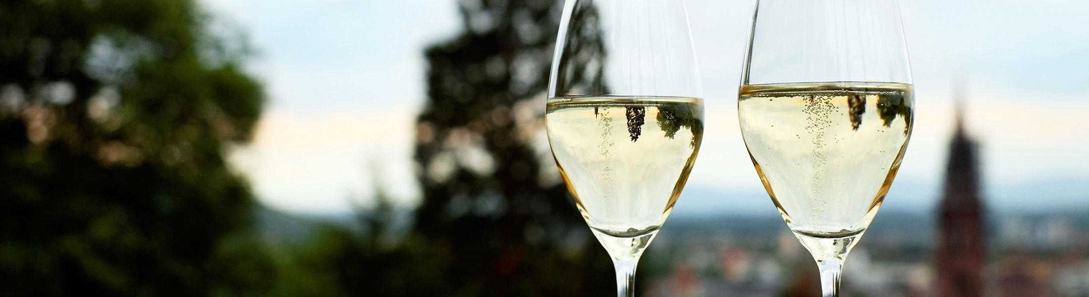 Photo header- verre de vin - blanc champagnisé - bulle - Domaine Saint Jean de l'Arbousier - Montpellier