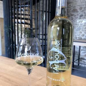 Photo composition - bouteille de vin - verre de vin blanc - caveau - Gourmandise blanc