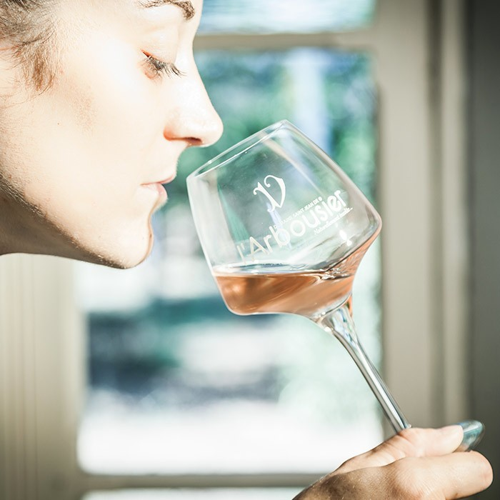 Portrait - dégustation - vin rosé - Domaine de l'Arbousier - Béatrice Viguier