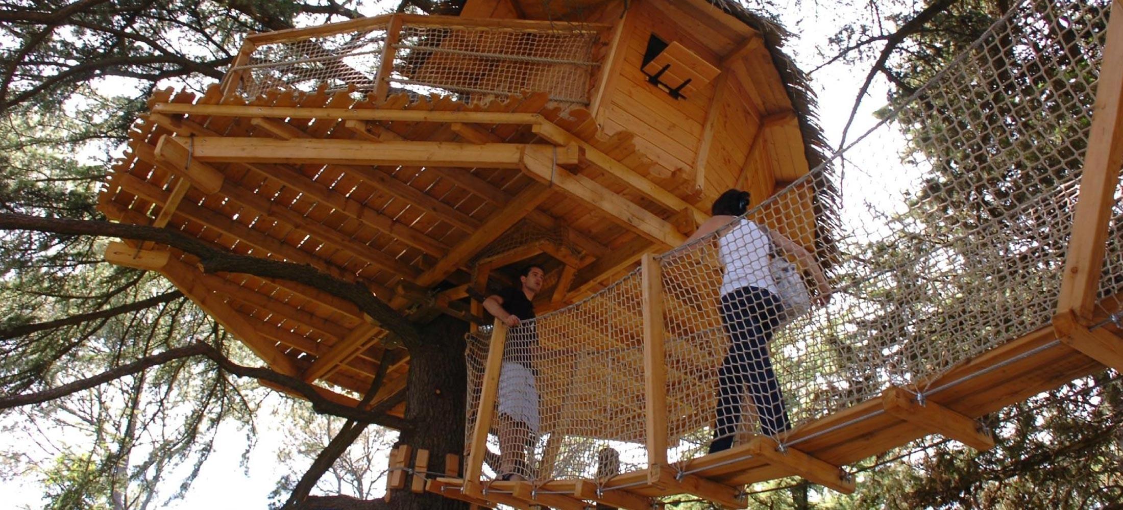 Photo - Oenotourisme - cabane dans les arbres - passerelle - nature - Domaine de l'Arbousier - Montpellier Hérault Tourisme