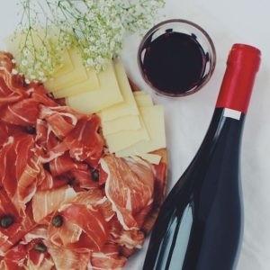 Photo - vin rouge - mets - charcuterie - Montpellier gastronomie
